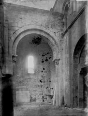 Abbaye de Charlieu - Eglise : Vue intérieure de la 1ère travée de la nef, vers le sud