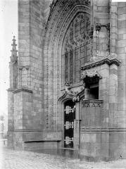 Eglise Saint-Aubin (ancienne collégiale) - Portail et chaire extérieure