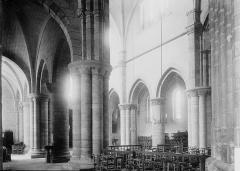Eglise Saint-Aubin (ancienne collégiale) - Vue diagonale de la nef