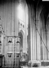 Cathédrale Saint-Pierre Saint-Paul - Vue diagonale de la nef