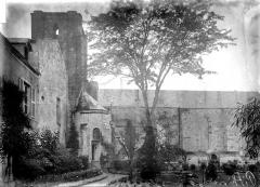 Restes de l'ancienne collégiale Saint-Georges - Façade latérale, clocher, absidiole