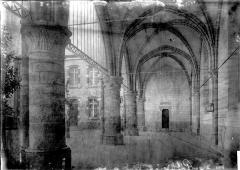 Restes de l'ancienne collégiale Saint-Georges - Bas-côté sud transformé en préau d'école