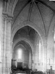 Ancienne abbaye, actuellement hôtel de ville - Nef vue du choeur