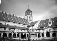 Ancienne abbaye royale de Fontevraud, actuellement centre culturel de l'Ouest - Cloître du Grand-Moûtier et façade sud de l'église