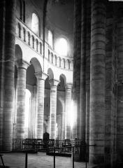 Ancienne abbaye royale de Fontevraud, actuellement centre culturel de l'Ouest - Eglise : Vue intérieure du choeur, côté nord