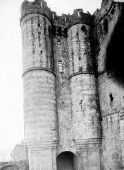 Abbaye et dépendances - Tours d'entrée