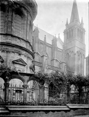 Cathédrale Saint-Pierre - Clocher et partie latérale