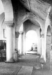 Eglise - Vue intérieure du bas-côté sud : chapiteaux et colonnes