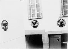 Hôtel de ville - Têtes sculptées sur la façade