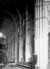 Cathédrale Saint-Lazare - Travées de la nef vues du choeur