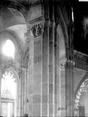 Cathédrale Saint-Lazare - Piliers de la travée d'entrée