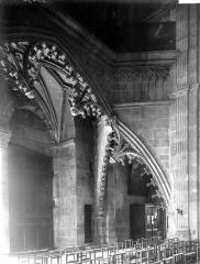 Cathédrale Saint-Lazare - Arcature de la travée d'entrée