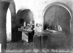 Ancien prieuré - Enfeu et fragments de sculpture