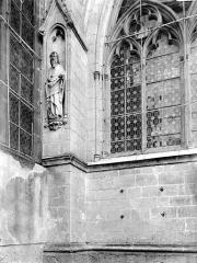 Abbaye de Hautecombe - Partie de fenêtre et contrefort