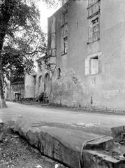 Ancien prieuré ou château - Château, côté nord : Façade accolée à l'église et logis à tourelles