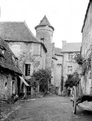 Ancien prieuré ou château - Château : Cour intérieure
