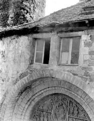 Eglise et son cloître - Eglise : Façade ouest, fenêtres au-dessus du portail