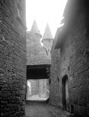 Eglise Saint-Pierre ou Saint-Sauveur - Ruelle conduisant à l'entrée de l'église