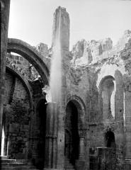Ancienne abbaye Saint-Pierre - Eglise : Vue intérieure de la nef et du bas-côté nord, vers le nord-ouest
