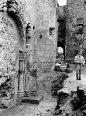 Ancienne abbaye Saint-Pierre - Eglise : Façade ouest en perspective et portail