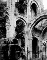 Ancienne abbaye Saint-Pierre - Eglise : Vue intérieure de la nef et du bas-côté sud, vers le sud-ouest
