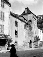Ancienne abbaye Saint-Pierre - Entrée de l'abbaye au sud, et maisons formant l'enceinte