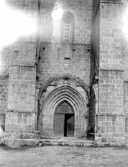 Ancien prieuré Saint-Michel des Anges - Eglise : Portail et fenêtre de la façade ouest