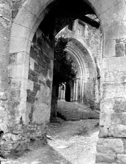Eglise et son cloître - Porte fortifiée et entrée de l'église