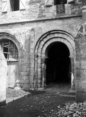 Ancienne abbaye Saint-Pierre - Salle capitulaire : Arcade de la façade