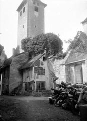 Ancienne abbaye Saint-Pierre - Ensemble : clocher et maisons attenantes