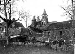 Eglise Saint-Robert - Eglise et maisons