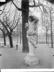 Palais du Louvre et jardin des Tuileries - Statue du Printemps