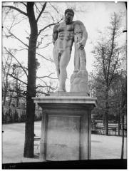 Palais du Louvre et jardin des Tuileries - Statue d'Hercule Farnèse