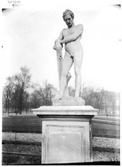 Palais du Louvre et jardin des Tuileries - Statue du soldat laboureur, le laboureur de Virgile, le laboureur des Géorgiques