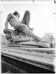 Palais du Louvre et jardin des Tuileries - Statue de Prométhée