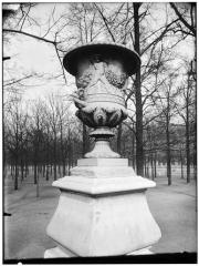 Palais du Louvre et jardin des Tuileries - Allée de Diane : vase