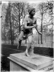 Palais du Louvre et jardin des Tuileries - Statue d'Atalante