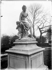 Palais du Louvre et jardin des Tuileries - Statue d'Hamadryade et enfant, nymphe des forêts
