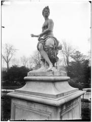 Palais du Louvre et jardin des Tuileries - Statue de Flore et un amour