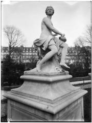 Palais du Louvre et jardin des Tuileries - Statue de la Nymphe à la colombe, nymphe de la chasse