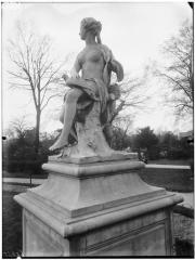 Palais du Louvre et jardin des Tuileries - Statue de la Nymphe de la chasse, nymphe à la colombe