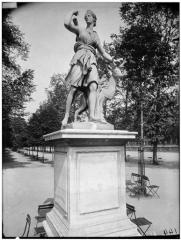 Palais du Louvre et jardin des Tuileries - Statue de Diane à la biche