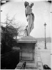 Palais du Louvre et jardin des Tuileries - Statue de la comédie humaine, le masque