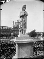 Palais du Louvre et jardin des Tuileries - Statue d'Agrippine portant les cendres de Germanicus