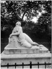 Palais du Louvre et jardin des Tuileries - Statue de la Mort de Lais