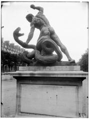 Palais du Louvre et jardin des Tuileries - Statue d'Hercule combattant Acheloüs métamorphosé en serpent