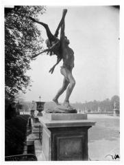 Palais du Louvre et jardin des Tuileries - Statue du Retour de chasse