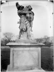 Palais du Louvre et jardin des Tuileries - Statue d'Enée portant son père Anchise