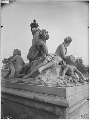 Palais du Louvre et jardin des Tuileries - Statue de la Loire et du Loiret