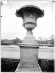 Palais du Louvre et jardin des Tuileries - Vases et sculptures diverses